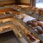サンモリッツ - パンで賑やかな店内