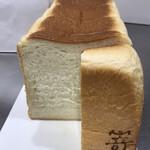 高級食パン専門店 嵜本 - 厚めにカットしさらに半分にカット