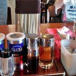 三咲屋 - テーブルに常備された調味料類