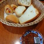 ブラッセリーベガ - なんと こんなに沢山のパンが 〜〜しかも 温かい    食べきれないと お持ち帰りに してくれました