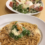ペッシェドーロ - パスタ&ピッツァコース2080円(税込み)。追加したシーザーサラダハーフ600円(税込み)。サラダは、シャキシャキ野菜と温玉、ドレッシングが良く合っていて、とても美味しかったです(╹◡╹)