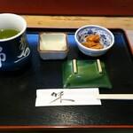 錦寿司 - 料理写真:お茶・新香・鮭の骨の煮物