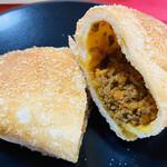 手作りパン マリブレッド - 料理写真:このカレーパンは食べやすい 1個ペロリ 人気商品です
