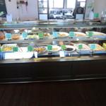 12592526 - 1階はその日の惣菜が並んでいて、この中からすきなモノを選べます。