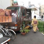 肉と葡萄酒 跳牛 - ワゴンカー販売のテイクアウト専門店です。茶色いワゴンカーが目印。