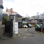 乙女寿司 - 店の入り口、駐車場のすぐ横すぎ(笑