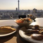 武藏 - 朝食ビュッフェ3080円(税込み)。第一弾。オムレツ、サラダなど。逆光ですね。。。さわやかな朝です(╹◡╹)