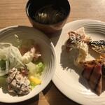 武藏 - 朝食ビュッフェ3080円(税込み)。ひじきとクワイのサラダ、お好み焼きなど。この2品、特筆すべき点はないものの、後を引く美味しさです(╹◡╹)