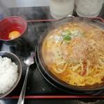 竹三郎 - 陶板トロトロ焼きラーメン 燃えろドラゴン(旨辛味) 800円 生卵とご飯がつきます