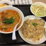 萬新菜館 - タンタン麺+五目チャーハン 880円