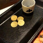 125976008 - コイン5枚とお猪口で500円