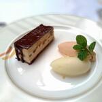 125976813 - 栗のケーキと栗の花の蜂蜜アイスクリーム
