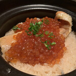 燗アガリ はなれ - 鮭といくらの土鍋ご飯 鮭のハラス?いくらがたっぷり。とても美味しい。 いくらは炊き上げてからたっぷりのせているそうです。4人で完食。
