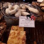 126008399 - 黒豆とクリームチーズのパン