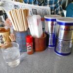 ラーメン専門 ひまわり - 卓上に常備された調味料類