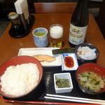 和食処 天きん - 朝の鮭定食530円+ビール中瓶570円
