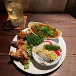 横浜トリスバー - 本日の盛り合わせ(トマトと八丁味噌の牛すじ煮込み、若鶏からあげ、ピクルス)