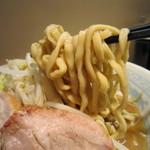 陸 - ウエーブがかかった平打ちのごわごわ太麺。