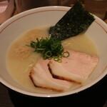 麺と心 7 - 料理写真:濃厚魚介そば(800円、斜め上から)