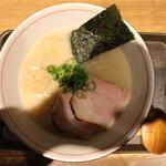 麺と心 7 - 濃厚魚介そば(800円、真上から 手の影ゴメン)