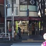 シェ・リュイ - 店構え。伝説はここから始まった。