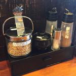 RYOMA本店 - 卓上調味料が豊富!この他、香味辛味油とお酢がありました!