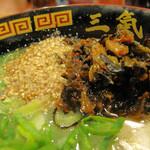 博多三氣 - たっぷりのゴマと辛子高菜をトッピングして、最後まで美味しく頂きました。