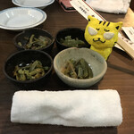 大阪屋 - 布のおしぼり&お通し200円(税別) ※お通しは明らかに自家製でない、ザーサイ
