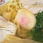 自家製麺中華そば 番家 - 麩!喜多方ラーメンらしさですね!熱いので気を付けましょう!!