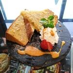 和楽cafe - 塩こうじとバナナのシフォンケーキ、味噌キャラメルソース添え