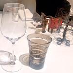 EdiTion Koji Shimomura - テーブルセッティング(タイの置物が最近のシェフ ブームなのでしょうか?) 良いと思います。
