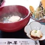 桝屋 味処 - ゆばそば 生ゆばのお刺身がついて、季節の天ぷら、大きな煮ゆばがのります