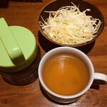 1ポンドのステーキハンバーグ タケル - オリジナル玉ねぎソースとサラダとスープがセッティングされてます。