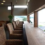 CAFE風 - 特等席のカウンターから砂浜を眺めて
