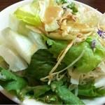 元町通り3丁目 - サラダのドレッシングは和風醤油とゴマのどちらかを選べます