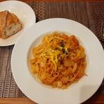 さくら vita - パスタは週替わり、この週は海老と白菜のトマトクリームパスタ、奥は素朴な香ばしさのバゲット