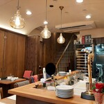 さくら vita - ダークブラウンの落ち着いた壁に、フラスコ型ランプが灯るセンスあふれる内装