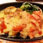 ビストロ 翔良 - チキンとトマトのチーズ鉄板グリル