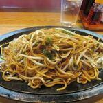 想夫恋 - 自家製生麺に厳選された豚肉とたっぷりのもやしに特製熟成ソース、蒸し麺じゃなく生麺をこんがり焼いたパリパリともっちりの独特の二つの食感を楽しめる「日田やきそば」です。