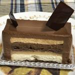 126171803 - 重ねたクリームの層からチョコレートの甘みと苦味を味わえます!!
