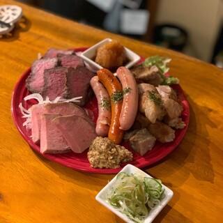 「肉のパラダイス」をはじめ、自慢のメニューをご堪能ください