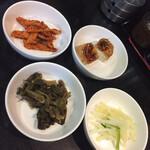 上野ソルロンタン - 何も言わなくても出てくる前菜 右下のジャガイモの和え物が特に美味しくてお代わりしました