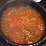 上野ソルロンタン - キムチチゲもアツアツ グラグラ沸いていてしばらく食べられませんでした(笑) でも絶品です!最後にご飯投入したかった(笑)