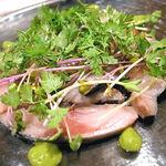 エゾットリア - 前菜①(噴火湾産 脂サバのカルパッチョ スモークの香り)