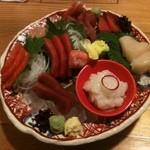 旬菜料理 楽 - 刺身の盛り合わせ。2000円でこれだけ盛ってくれました!