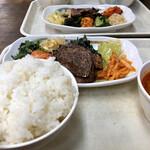 ソウル市場 - 手前カルビ定食¥700、奥はタン定食¥700