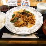 300円本舗 だんだん - 日替わり定食(鶏肉のピリ辛炒め)