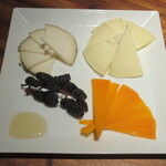 ボルベール - チーズ3種の盛り合わせ 1080円(税別)