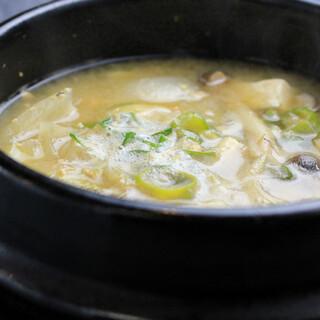 種類豊富で選ぶ楽しみも◎本場・韓国伝統のあったか◇鍋料理◇