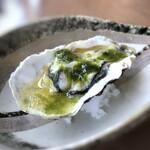 オ・ボルドー・フクオカ - 牡蠣(長崎九十九島)の温製、アオサ、白菜・・牡蠣は生牡蠣としては少し小さめですけれど、旨みを感じ美味。